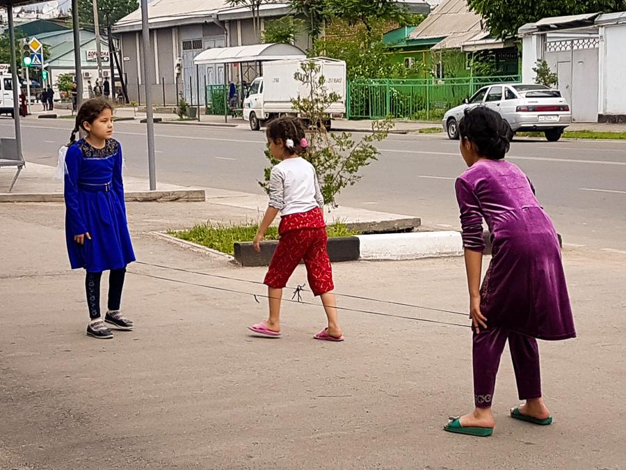 Girls playing elastics - Dushanbe - Tajikistan