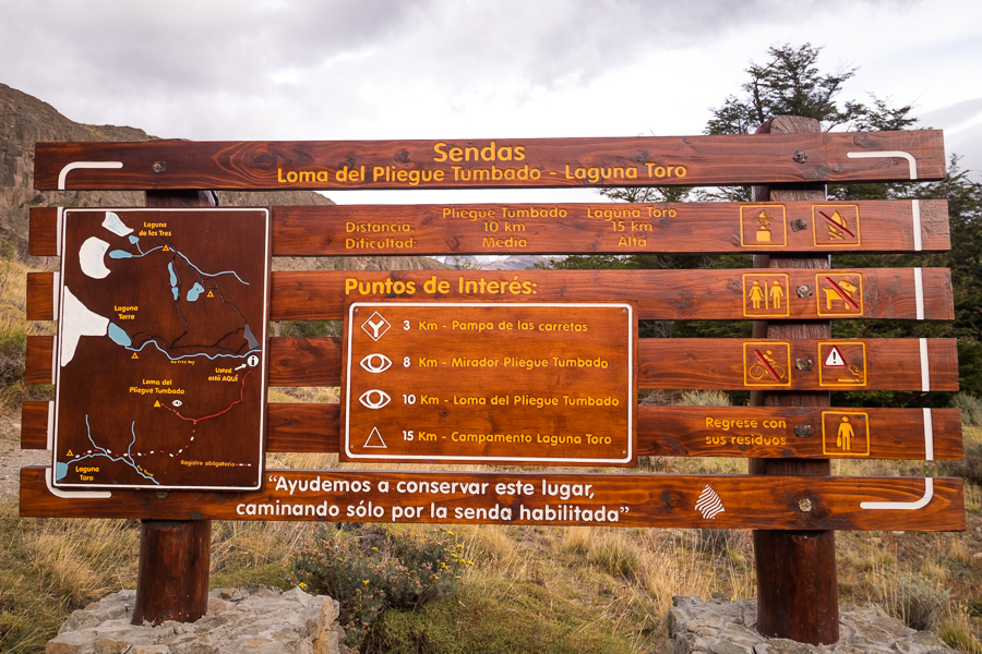 Sign for the trail to the Loma del Pliegue Tumbado - El Chaltén - Argentina