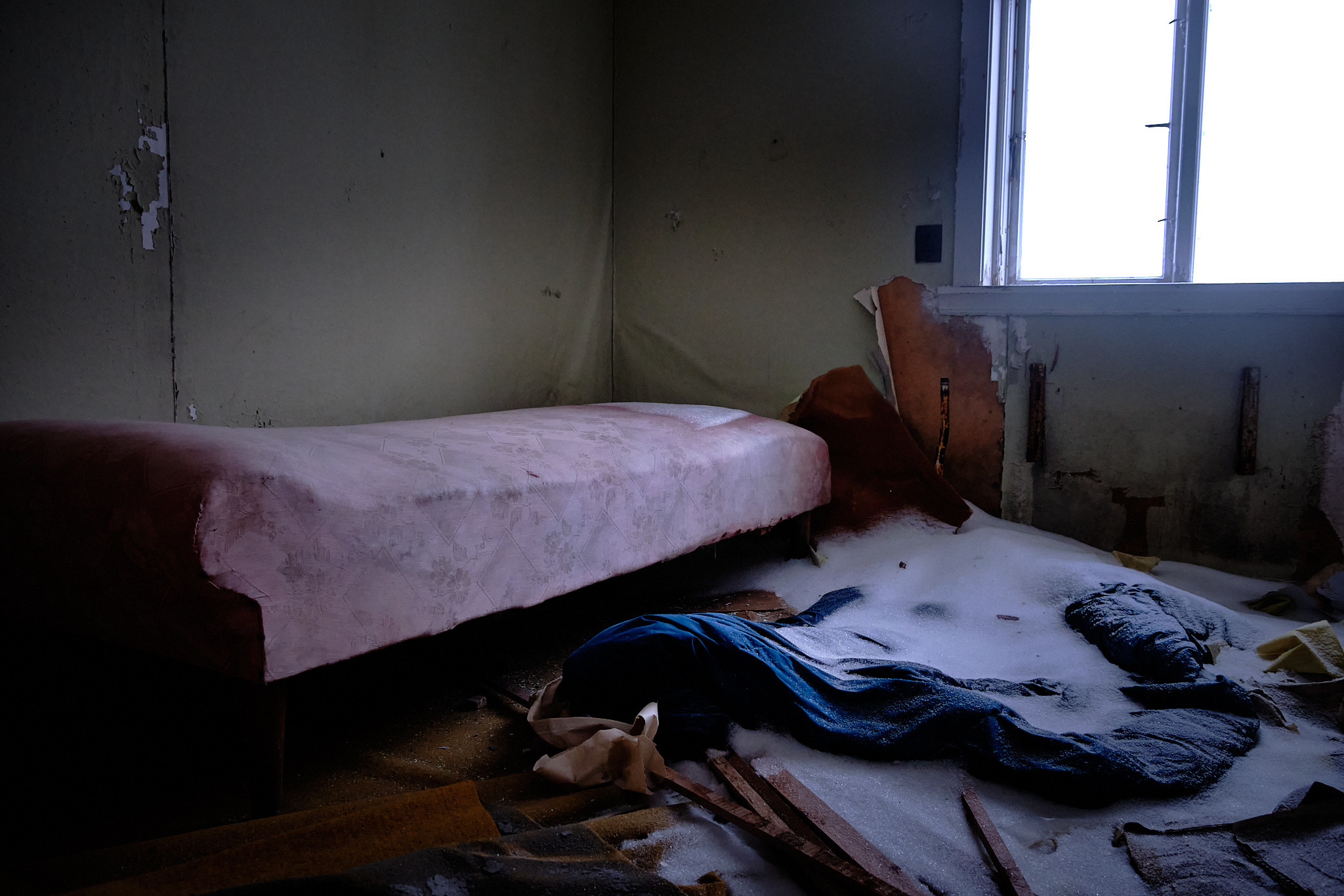 Bedroom in Seamens Home - Nordafar Abandoned fish factory near Nuuk